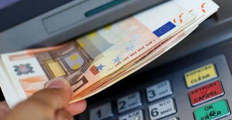 Nel 2017 arriverà in Europa la tassa sui bancomat: ecco quanto costerà all'anno